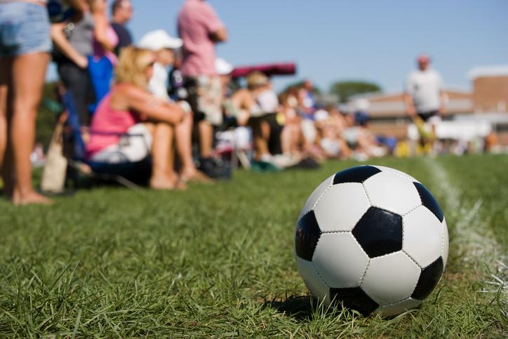 Engagerade fotbollsföräldrar som går över gränsen